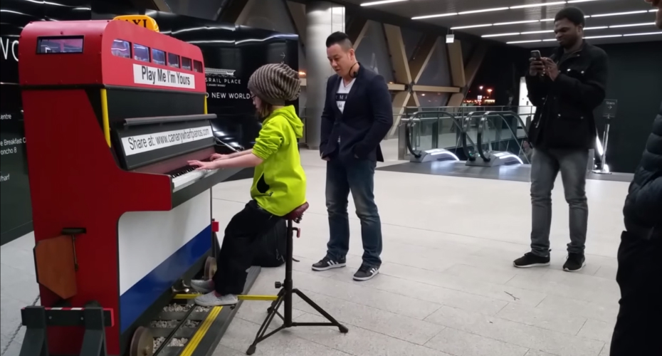 9-Year-Old Girl Stuns Commuters With Amazing Piano Skills 7