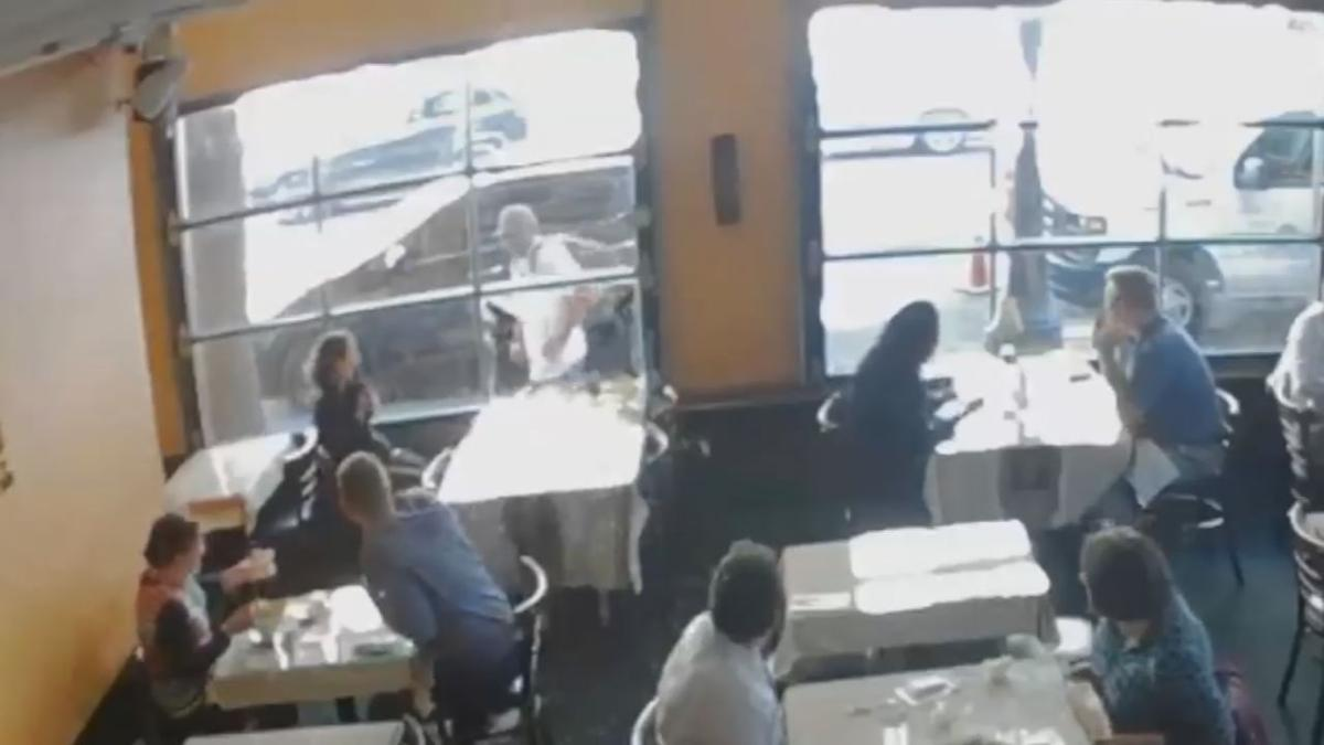 Man Startles Lunch Crowd By Smashing Window In Restaurant For No Reason 1