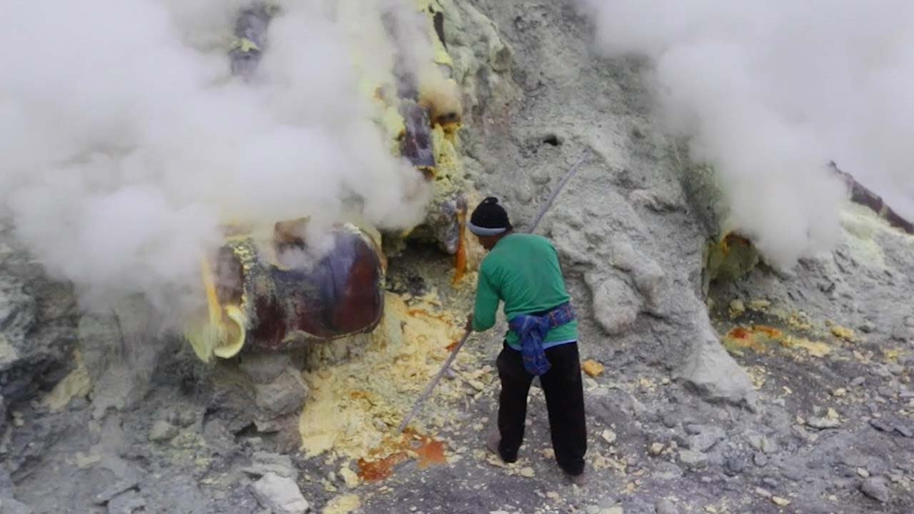 Inside Indonesian Sulphur Volcano Where Miners Risk Their Lives 6
