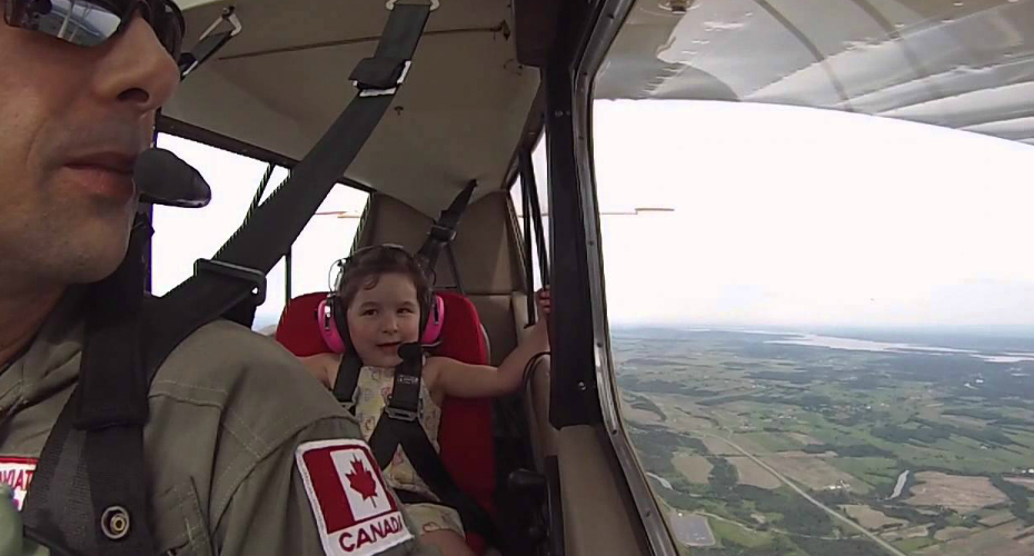 This Is The First Aerobatic Ride For This 4 Year-Old Daughter 1
