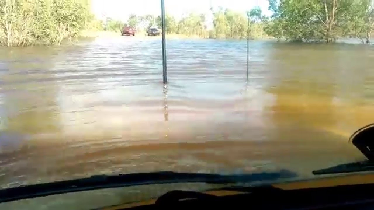 Land Cruiser Drives Through a Deep Pond Like It's Nothing!! 9