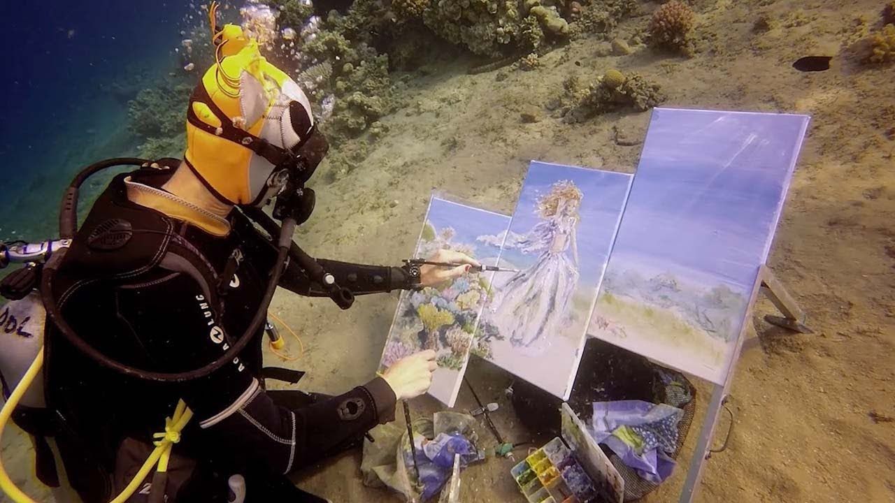 Artist Creates Stunning Underwater Paintings Whilst Diving 6