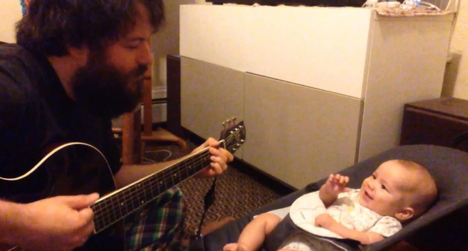 Dad Entertains His Baby With a Song 4
