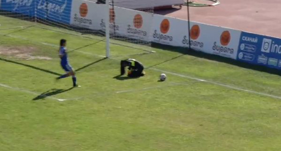 Poor Sportsmanship: Footballer Ruthlessly Takes Advantage Of Opponent's Injury To Score Goal 6