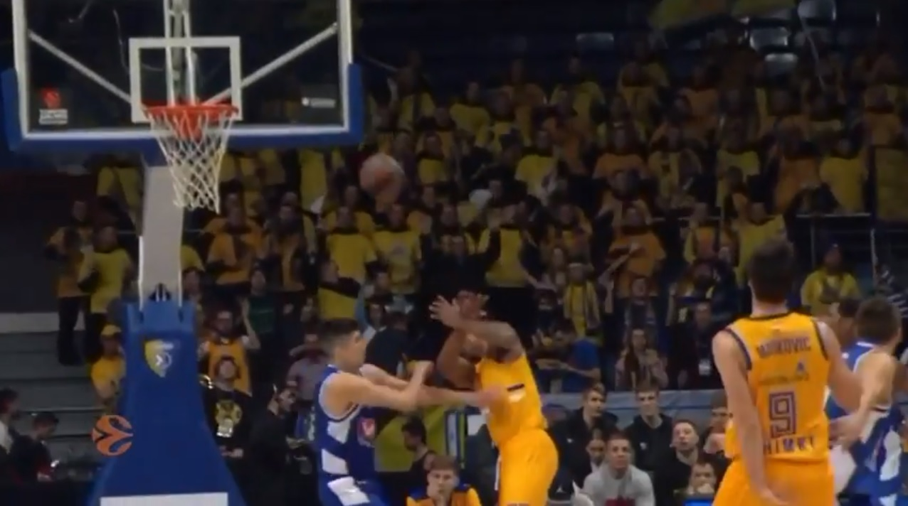 Basketball Player Accidentally Scores With His Head 4