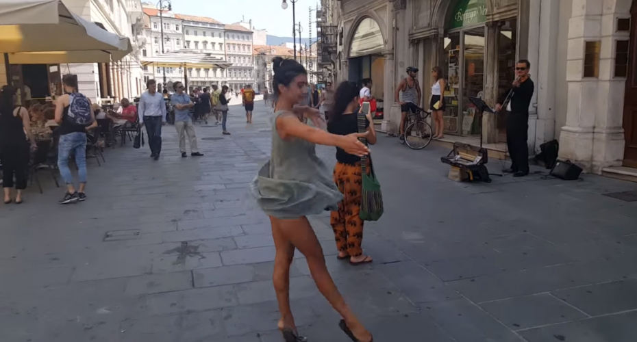 Dad Encourages Shy Daughter To Dance With Street Entertainer And The Result Is Beautiful 3