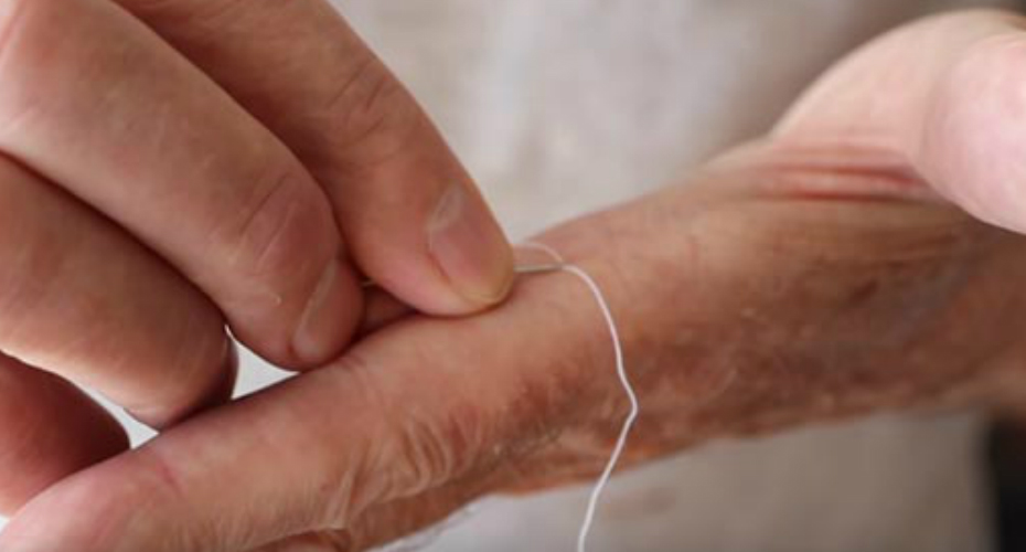 The Easiest Way To Thread A Needle. It's Like Magic! 8